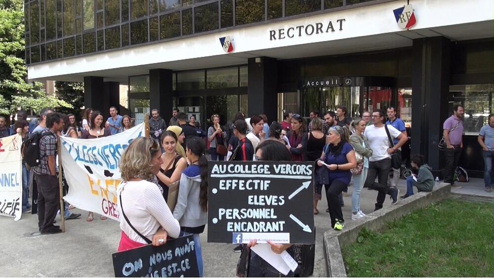 Enseignants et parents d'élève du collège Vercors devant le rectorat pour réclamer plus de personnel. © Joël Kermabon - Place Gre'net