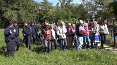 Le collectif de militants poussé vers la sortie des jardins des Berges par les CRS. © Joël Kermabon - Place Gre'net