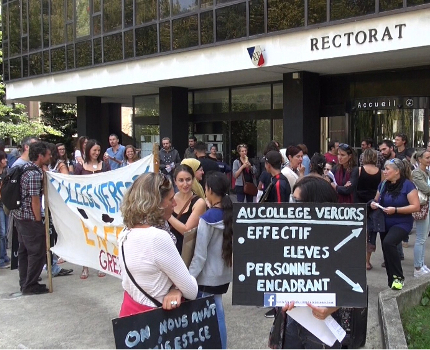 Ce 8 septembre, l'équipe du collège Vercors en grève manifestait devant le Rectorat. En cause la non-reconduction de trois postes d'assistants d'éducation.© Joël Kermabon - Place Gre'net