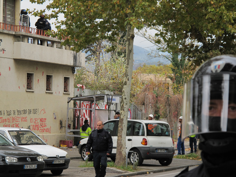 Intervention de la police durant toute une journée au squat du 106 de la rue des Alliés, lundi 30 octobre 2017. © Séverine Cattiaux - Place Gre'net