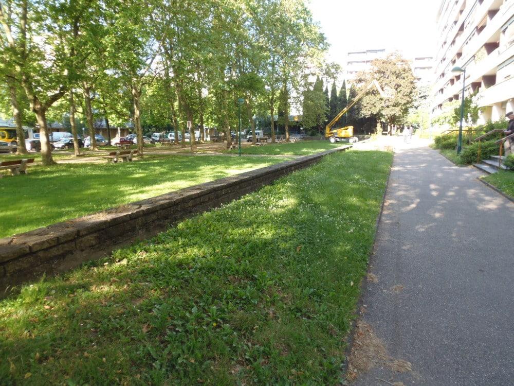 Adopter des jardins ? C'est ce que propose la Ville de Grenoble, avec une soixantaine d'espaces cultivables recensés par son service Espaces verts.Autre emplacement disponible, cette bande de terre place Louis Jouvet © Ville de Grenoble