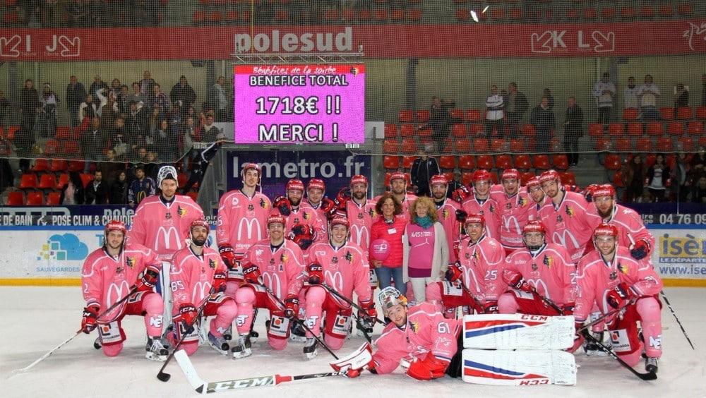 La campagne de sensibilisation au dépistage du cancer du sein Octobre rose débute en isère, avec au programme de nombreuses actions de prévention en Isère.En 2017 déjà, les Brûleurs de Loups arboraient des maillots roses en soutien à la campagne de lutte contre le cancer du sein © Fabien Baldino