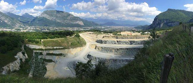 La carrière des Côtes Sassenage, un gisement de calcaire en plein air. © Groupe Vicat