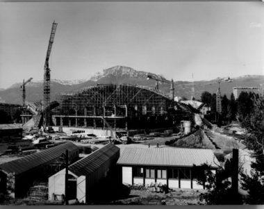 Le Palais des sports de Grenoble en pleine construction. Il a été inauguré le 12 octobre 1967. © AMMG