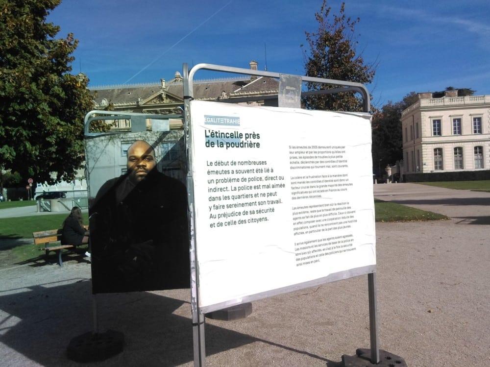 """L'exposition """"En finir avec le contrôle au faciès"""" place de Verdun à Grenoble en 2017 avait suscité la colère des policiers © Florent Mathieu - Place Gre'net"""