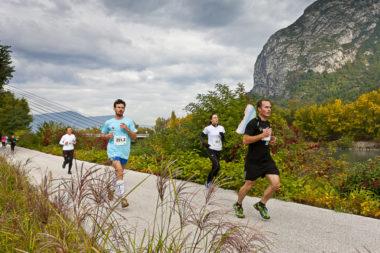 Les participants à l'Ekiden courent parfois pour faire connaître une cause et/ou une association © Grenoble Ekiden Lionel Montico