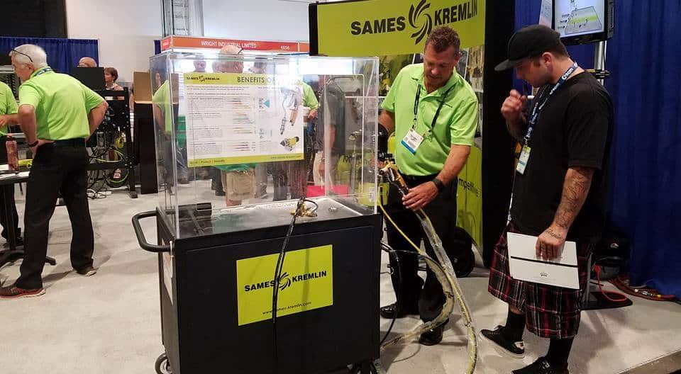 Sames-Kremlin fabrique notamment pistolets et pulvérisateurs de peinture. Ici, une démonstration à Las Vegas, en juillet, durant l'AWFS (Association of Woodworking & Furnishing Suppliers) Fair. © Sames-Kremling - Compte Facebook