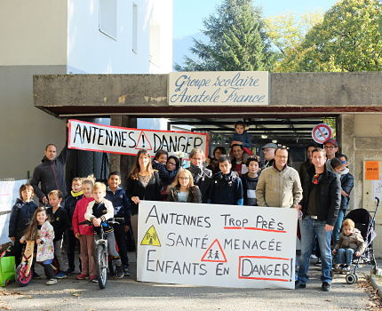 Nouvel épisode de la lutte du collectif Stop Antenne Cachin, à Fontaine. En cause : l'installation de deux antennes-relais près de l'école Anatole France.