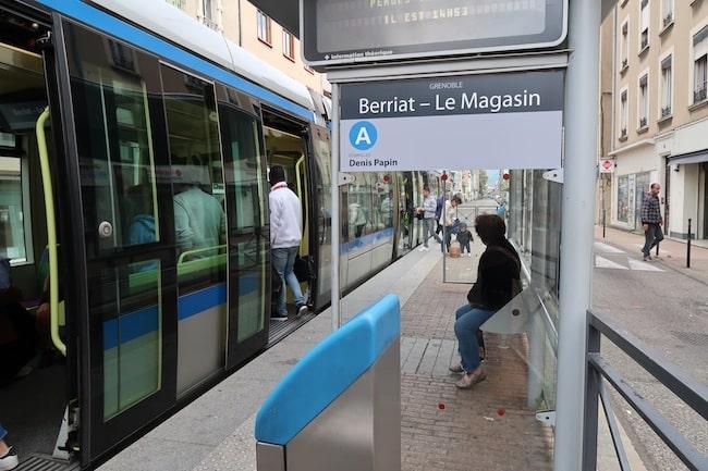 Alors que le marché de mise à disposition des abris de bus et de tram conclu avec JCDecaux arrive à échéance en 2019, le SMTC consulte pour mieux cerner les besoins des usagers en matière de mobilier urbain. © Patricia Cerinsek