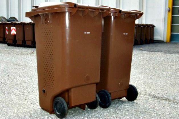 Les poubelles marrons destinées à recevoir les déchets alimentaires. DR