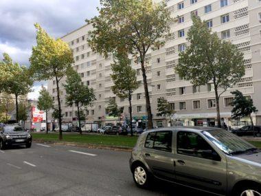 L'association Grenoble à cœur pointe l'effet canyon. A Grenoble, les barres d'immeubles qui encadrent la majorité des artères feraient grimper la pollution