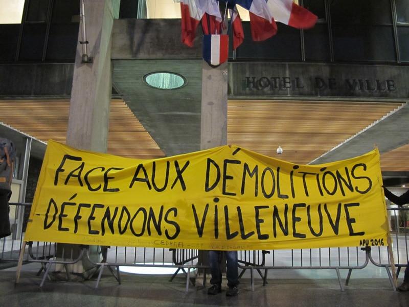 Rassemblement des militants contre les démolitions à la Villeneuve, de l'association des résidents du 10/20 Galerie de l'Arlequin, et du Droit au logement (DAL) 38, lundi 6 novembre 2017, devant la mairie de Grenoble. © Séverine Cattiaux - Place Gre'net