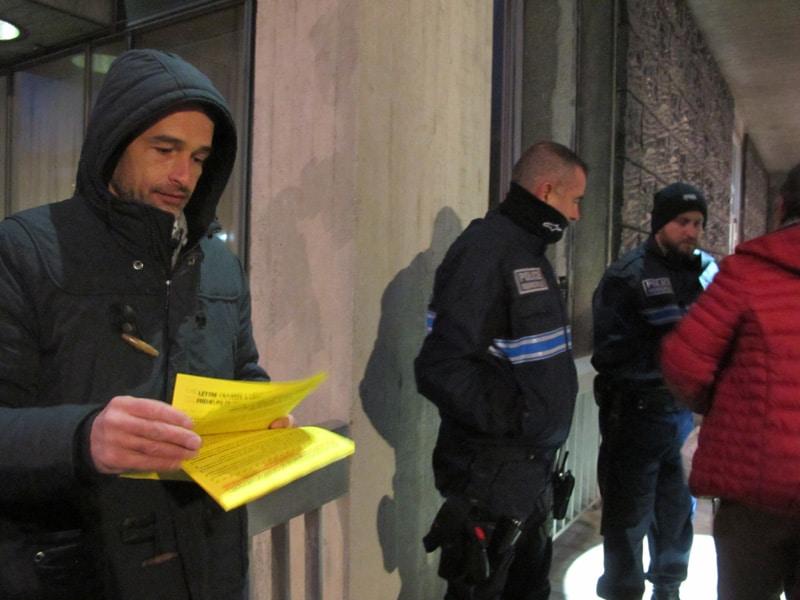 Rassemblement des militants contre les démolitions à la Villeneuve, de l'association des résidents du 10/20 Galerie de l'Arlequin, et du Droit au logement (DAL) 38, lundi 6 novembre 2017, devant la mairie de Grenoble. © Séverine Cattiaux - Placegrenet.fr