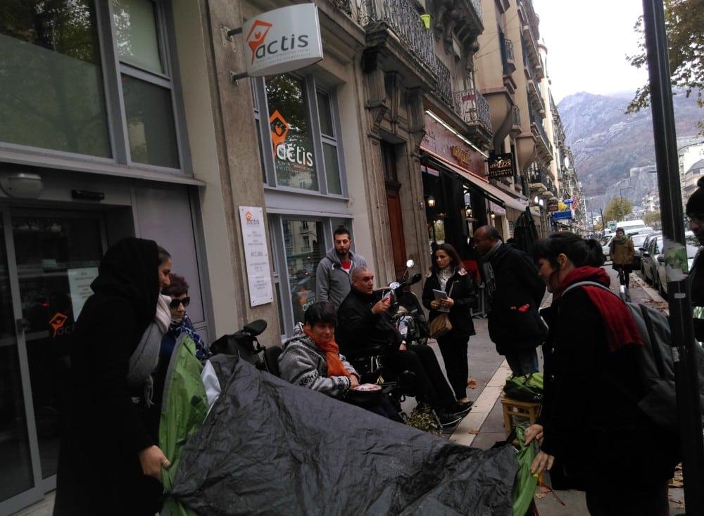 Délicat repli de tente après la fin de la manifestation © Florent Mathieu - Place Gre'net