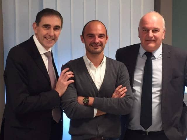 Benjamin Ducousso, président et co-fondateur de Wizbii, entouré du directeur et du président du Crédit Agricole Sud Rhône Alpes, Christian Rouchon (à gauche) et Jean-Pierre Gaillard (à droite) © Crédit Agricole Sud Rhône Alpes