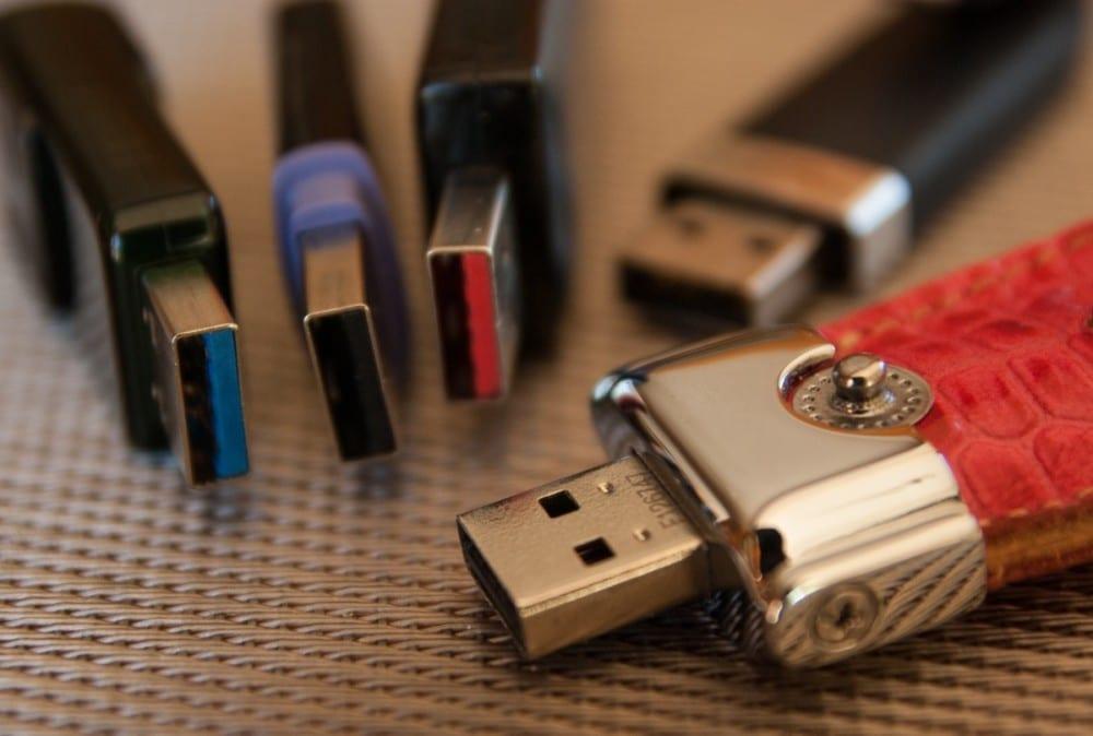 Une clé USB peut contenir un virus... ou même un dispositif voué à détruire la carte mère d'un ordinateur. DR