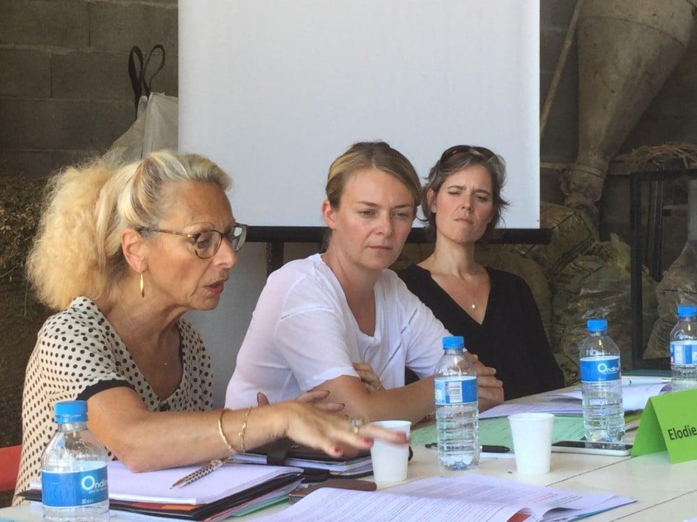 Monique Limon (à gauche) aux côtés des députées Élodie Jacquier-Laforge et Cendra Motin, lors d'une rencontre avec les syndicats agricoles dans le cadre des États généraux de l'alimentation © FDSEA