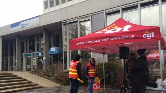 En 2017 déjà, la CGT manifestait devant la CPAM de Grenoble, rue des Alliés, contre la fermeture d'une antenne à Vizille. DR