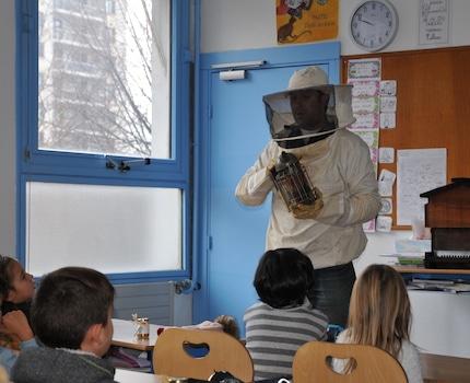 Remise de pots de miel de la Ville de Grenoble aux enfants de l'école Libération. © Lisa Dulac - Placegrenet.fr