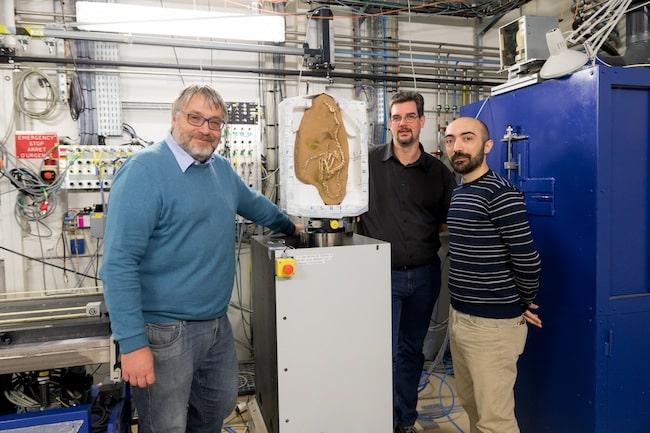 Photo de Pascal Godefroit, Andrea Cau et Paul Tafforeau (de gauche à droite) sur la ligne de lumière ESRF BM05, lors de la mise en place du fossile Halszkaraptor escuilliei. Crédit: ESRF/P.Jayet