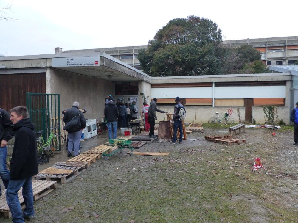 Quelques militants et habitants devant le patio solidaire. © Clémentine Robert - Place Gre'net