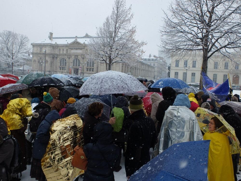 Des collectifs de soutien aux migrants ont manifesté ce 18 décembre devant la préfecture de l'Isère, contre la circulaire Collomb visant « à les trier ».