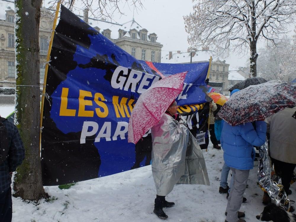 En décembre 2017 déjà et sous la neige, des Grenoblois manifestaient leur solidarité vis-à-vis des migrants. © Manuel Palvard - Place Gre'net