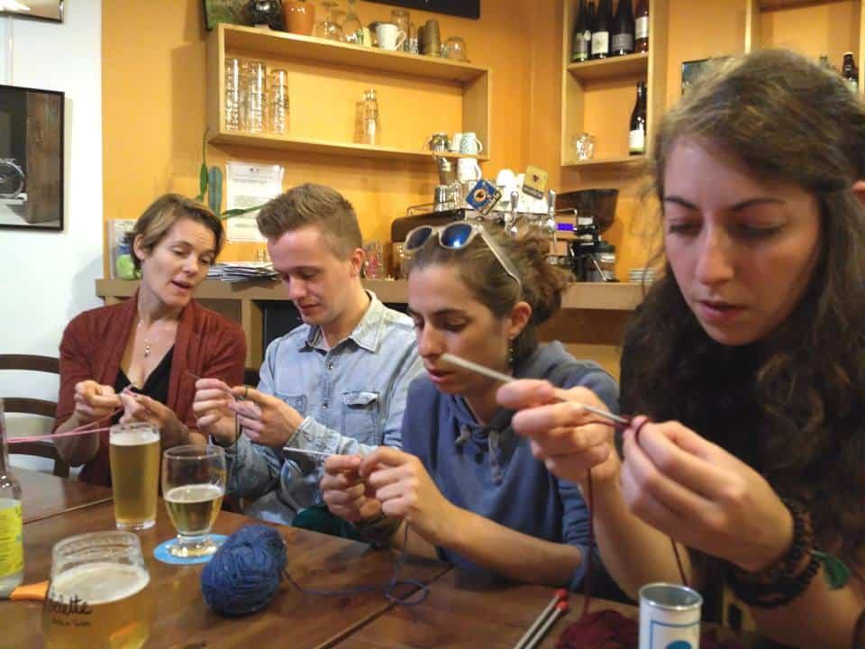 En attendant un lieu dédié, un apéro tricot au Café Vélo © Thé à coudre