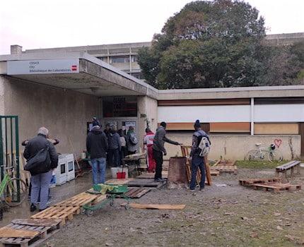 Quelques militants et habitants devant le patio solidaire de l'UGA. © Clémentine Robert - Placegrenet.fr