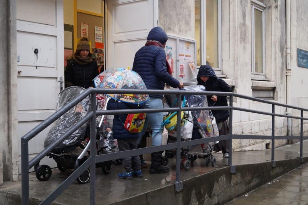 École Jean-Jaurès à Grenoble. La configuration urbaine grenobloise favorise moins l'usage du vélo pour se rendre à l'école, au profit de la marche à pied. © Léa Raymond - Place Gre'net