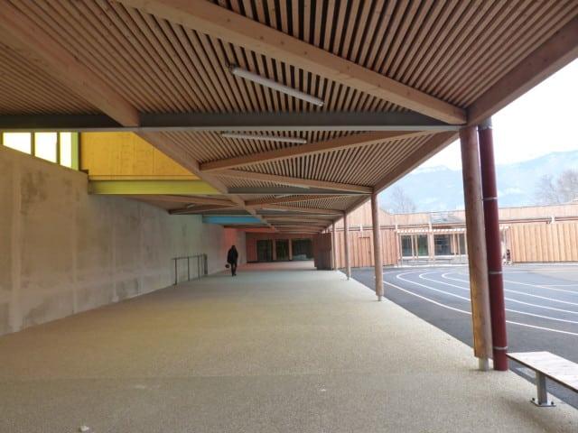 Ce préau et ses puits de lumières permet de limiter le vis-à-vis avec l'axe de communication avoisinant l'école. ©Juliette Oriot