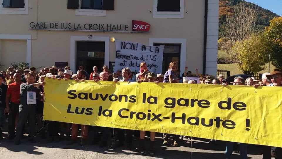 Le Collectif de l'étoile ferroviaire de Veynes appelle au renouveau de la ligne Grenoble-Gap, et invite l'État et la Région à engager des investissements. Mobilisation pour la gare de Lus-la-Croix-Haute © Collectif de l'étoile ferroviaire de Veynes