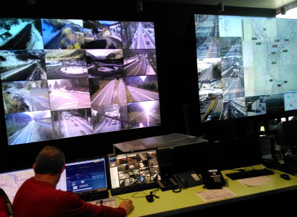 Une trentaine d'écrans surveillent le réseau routier du département au PC Itinisère. © Florent Mathieu - Place Gre'net