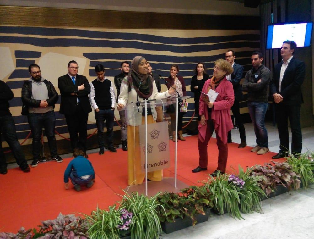 Mélissa, travailleuse sociale au CCAS et membre de l'Association des Musulmans unis. Le Conseil interreligieux de Grenoble était présent à l'Hôtel de Ville pour présenter son calendrier 2018, mettant cette année les jeunes à l'honneur.© Florent Mathieu - Place Gre'net