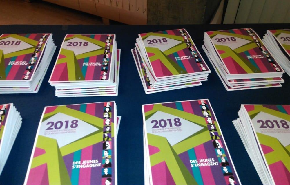 Le Conseil interreligieux de Grenoble était présent à l'Hôtel de Ville pour présenter son calendrier 2018, mettant cette année les jeunes à l'honneur.Les calendriers interreligieux seront disponibles à la mairie ainsi que dans les lieux de culte de l'agglomération. © Florent Mathieu - Place Gre'net