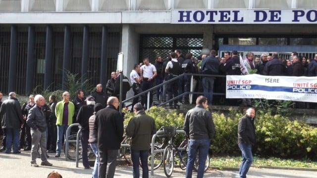 Rassemblement de policiers devant l'hôtel de police de Grenoble en octobre 2016. © Joël Kermabon - Place Gre'net