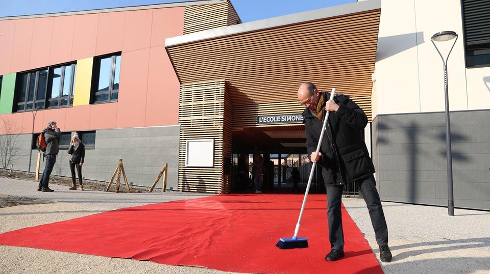 Fabien Malbet, adjoint à l'École, donne le dernier coup de balai sur le tapis rouge © Ville de Grenoble