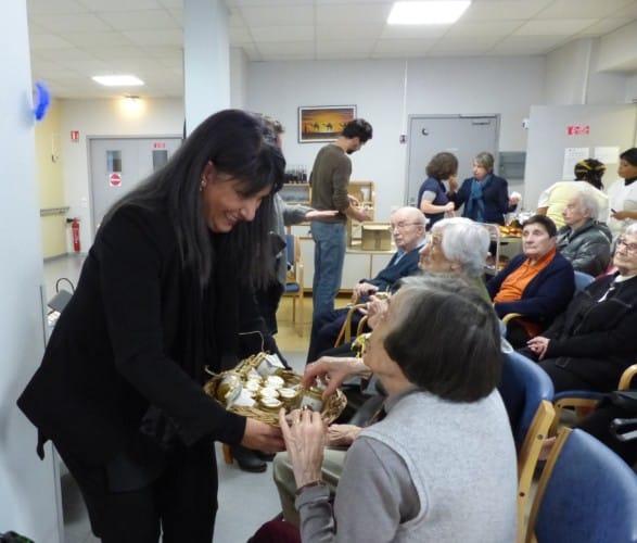 Kheira Cpadepon, adjointe aux Personnes âges et à la Politique intergénérationnelle, était présente pour distribuer aux résidents ce miel urbain.