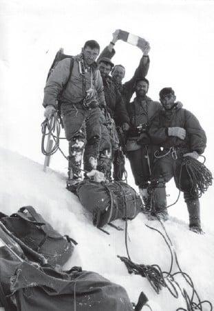 """L'exposition """"Traces de guides"""" à la Maison de la montagne de Grenoble présente les voyages et expéditions de Jean-Louis Bernezat entre Alpes et Sahara."""