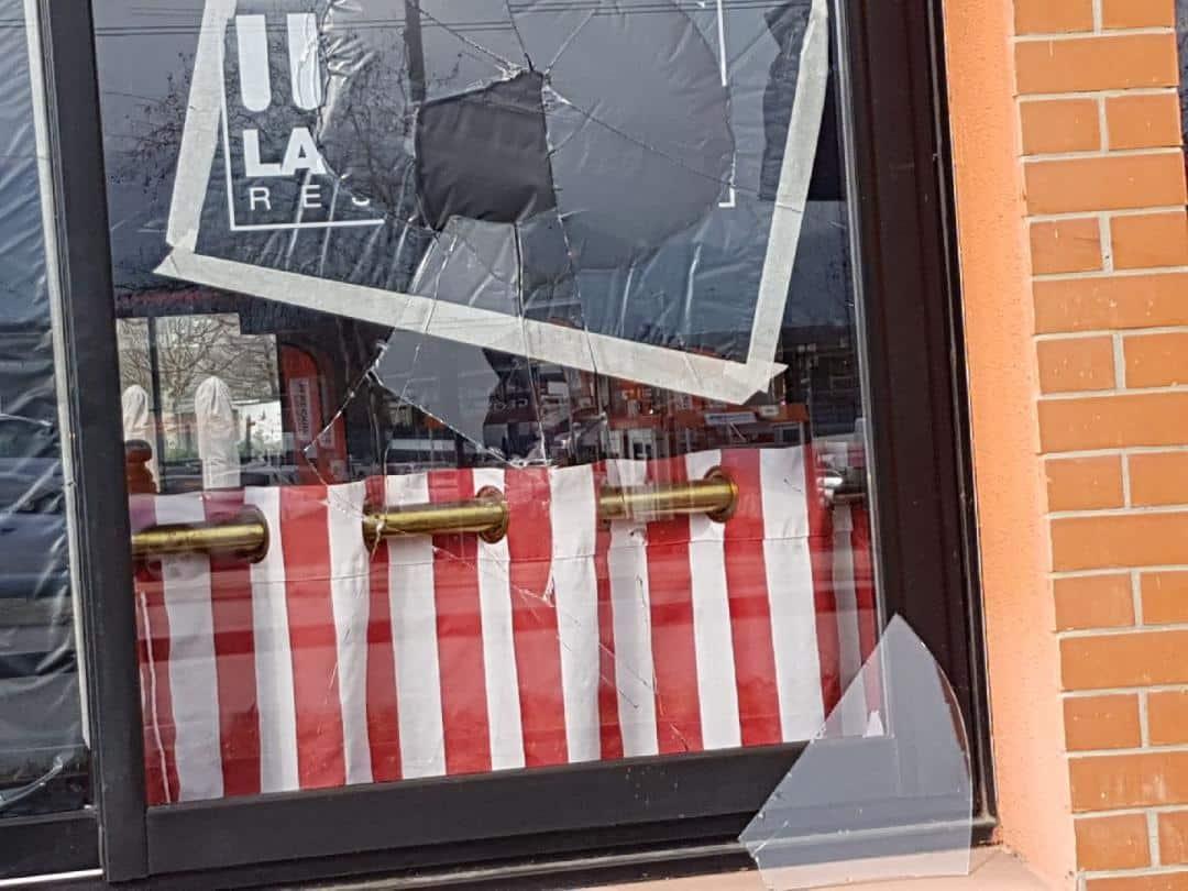 L'une des vitres brisées du restaurant © La Boucherie