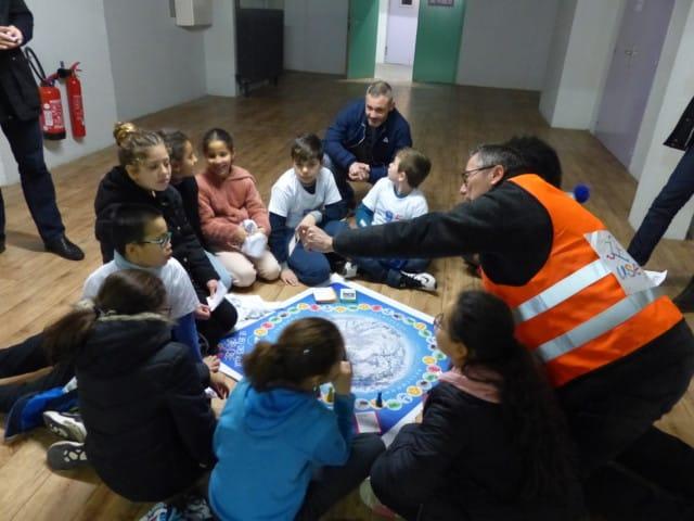 Les élèves se relaient auprès des différentes activités proposés, ici un jeu de connaissance autour des Jeux Olympiques. ©Juliette Oriot.