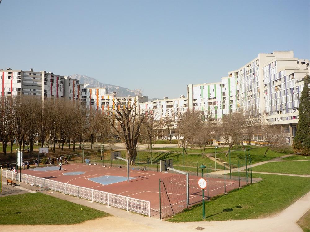 Meurtre du parc Jean-Verlhac : un suspect sous les verrous. Au premier plan le parc Jean Verlhac, au second plan la galerie de l'Arlequin. DR