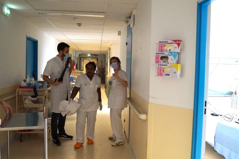 Les déplacements à domicile des aide-soignants ou infirmiers ne garantissent pas les mêmes consignes de sécurité sanitaire qu'à l'hôpital. © Léa Raymond - Place Gre'net