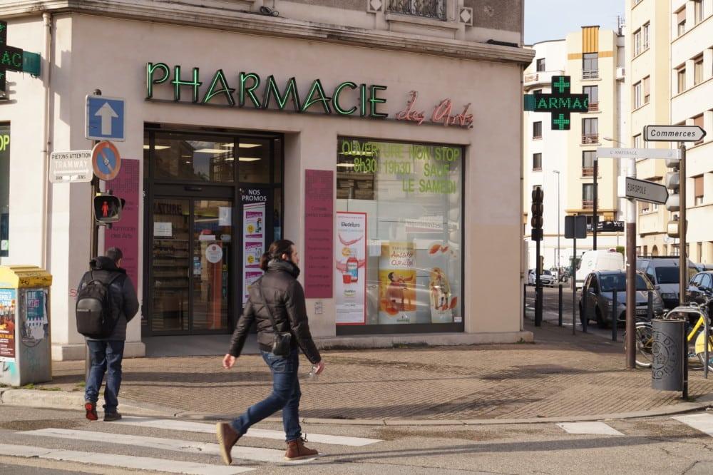 Une pharmacie à Grenoble. À elle seule, la capitale des Alpes compte près d'un cinquième des pharmacies de l'Isère. © Léa Raymond - Place Gre'net