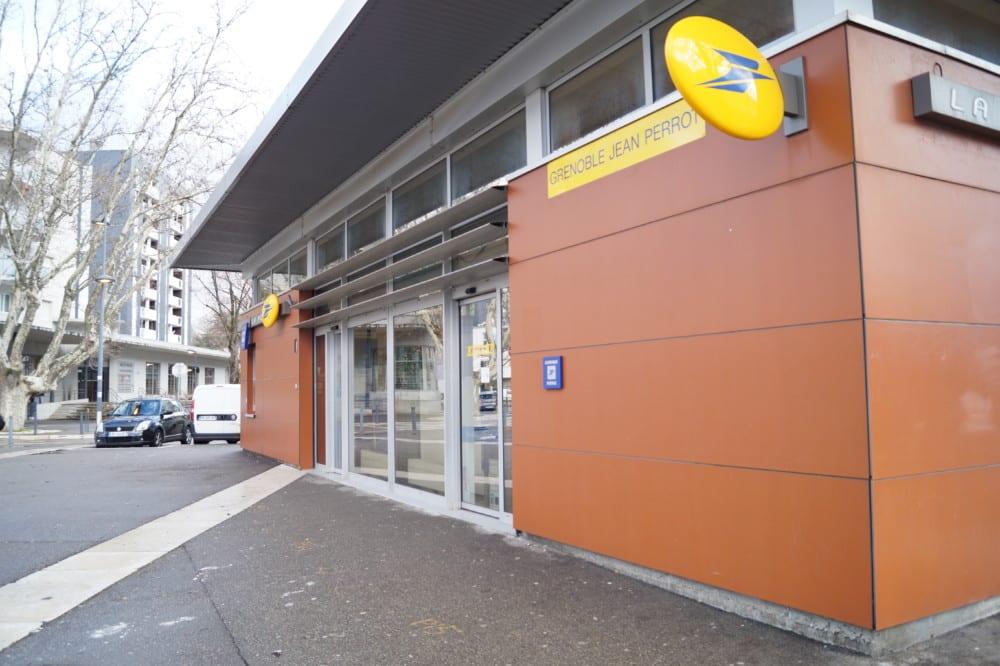Sud-PTT accuse La poste de sacrifier les sous-traitants. Bureau de Poste à Grenoble © Place Gre'net