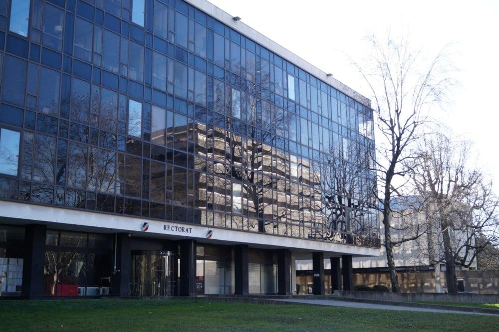 Le syndicat Sud Éducation Grenoble accuse le rectorat de pallier le manque de personnel en incitant les écoles à avoir recours aux services civiques. Rectorat de Grenoble. © Léa Raymond - Place Gre'net