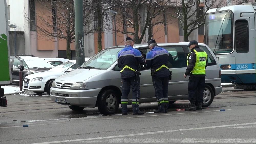 Un contrôle de police dans l'agglomération grenobloise. © Joël Kermabon - Place Gre'net routes