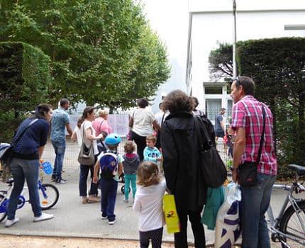 Parents et enfants à l'entrée d'une école de la commune d'Eybens. DR