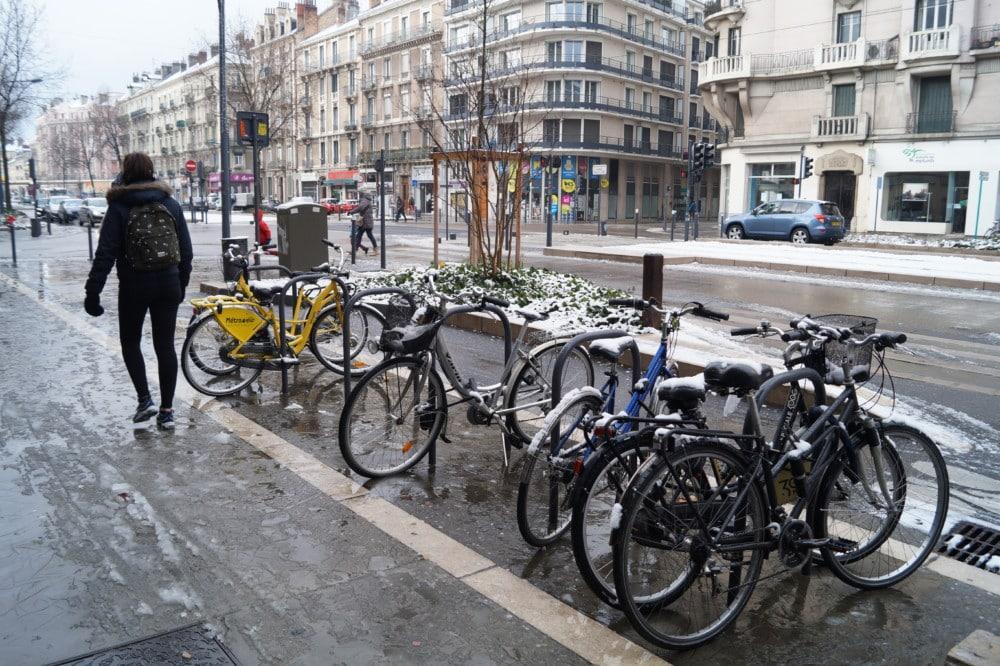 Rue de Grenoble enneigé. © Léa Raymond - Qu'il vente ou qu'il neige, les vélos sont de sortie © Léa Raymond - Place Gre'net.fr