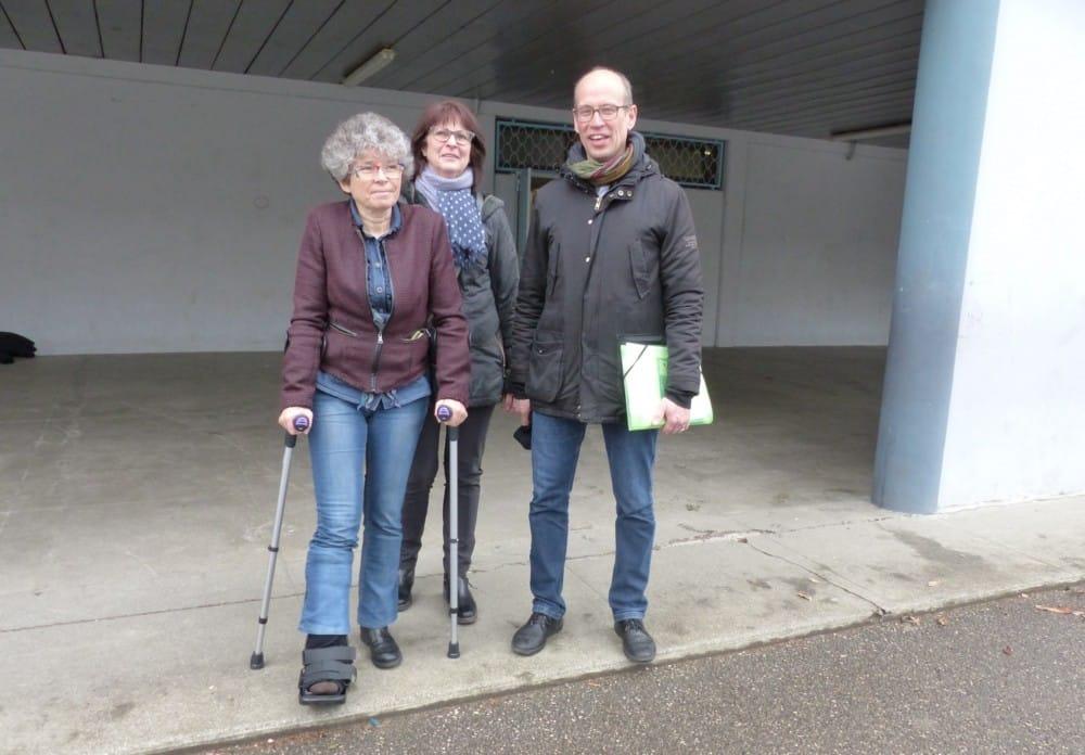 Dans la cour de l'école Léon Jouhaux, Christine Garnier, Fabien Malbet et Catherine Renard, chef de service Accessibilité de la Ville de Grenoble © Florent Mathieu - Place Gre'net